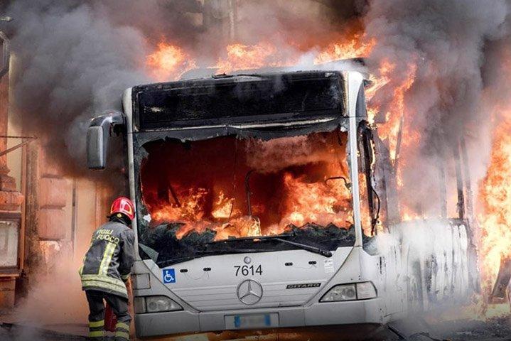 Autobus in fiamme